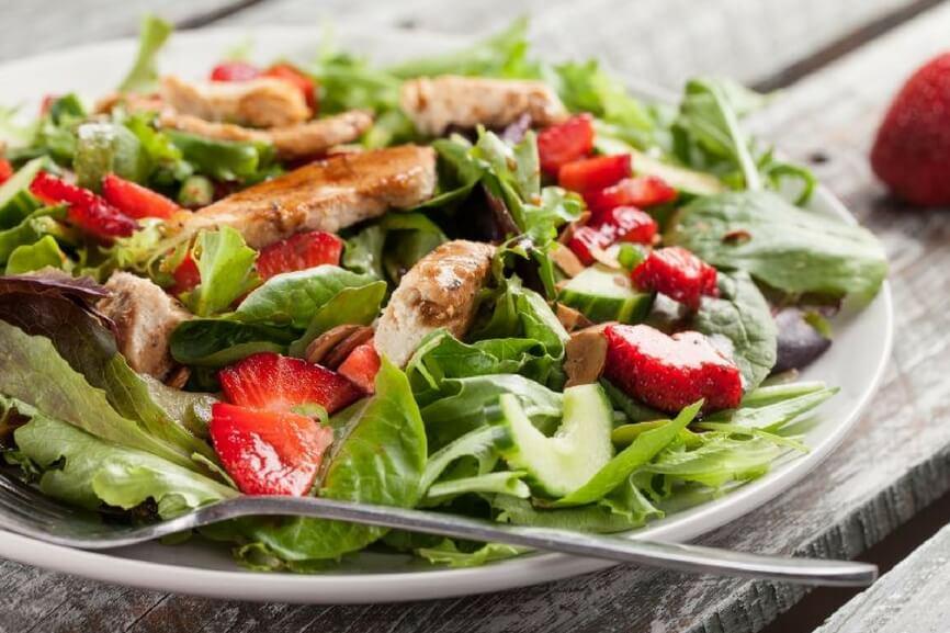 Receta El Huertico Ensalada premium de pollo marinado, pepino y fresas