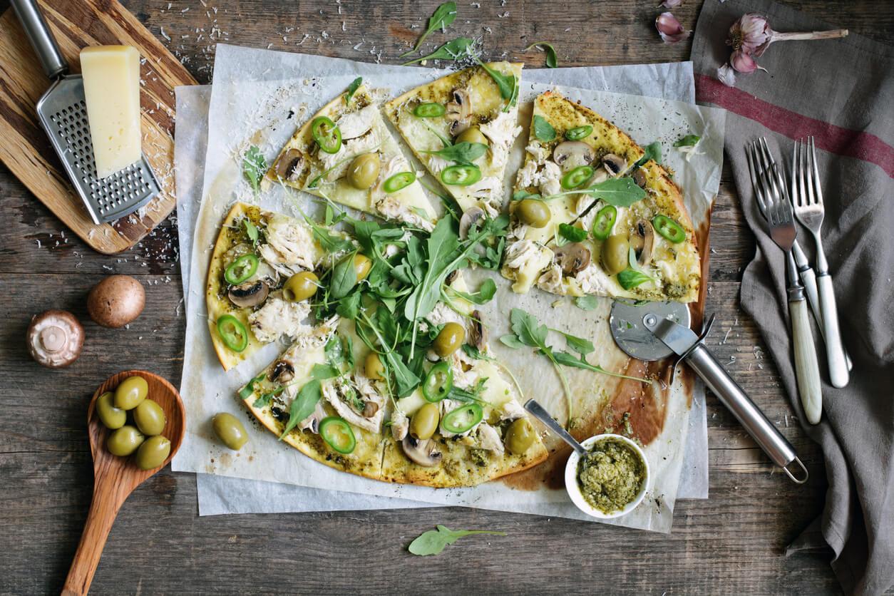 Receta El Huertico Pizza de rúcula, pollo y champiñones al pesto